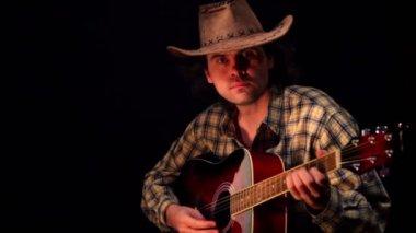 Hombre con sombrero y camisa en plaza toca la guitarra — Vídeo de Stock