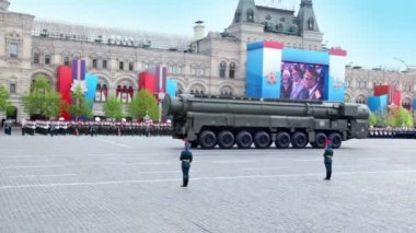 Motorcade of rocket and carriers ride on Red square on Victory Parade — Stock Video