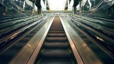 Escalator cloth between reflective walls — Stock Video
