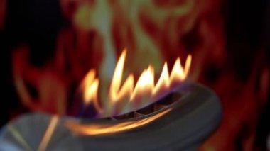 Tongen van vuur gaan door groef in metalen buis op achtergrond van afbeelding van brand — Stockvideo