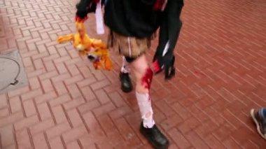 Ragazza cammina da pavimento con le gambe sanguinanti e trasporta il giocattolo morbido — Video Stock