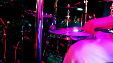 Drummer in white costume holds drumsticks and play — Stock Video
