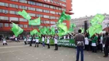 People waving large flags on demonstrate AGAINST CORRUPTION on Sakharov Ave — Stock Video