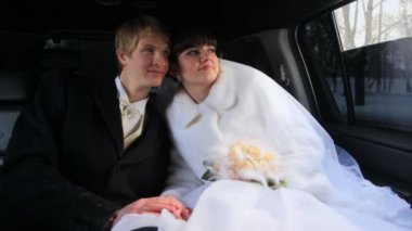 Newly-married couple sits in limousine — Stock Video
