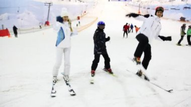 Family with little boy show martial arts on ski in snow — Stock Video
