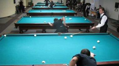 Männer nehmen Teil in der Meisterschaft von Moskau über Billard Sport — Stockvideo