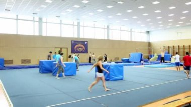 Many young people practice in light gymnasium — Stock Video
