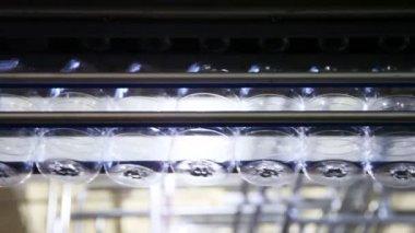 Satır boş plastik şişe fabrikası — Stok video