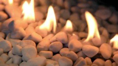 Tongen van vuur op witte stenen stapel — Stockvideo