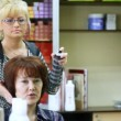 Hairdresser-woman in end of session hairdress fasten her by hairspray — Stock Video