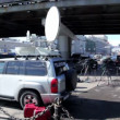 Car with satellite dish on roof and other tv equipment near at background of city traffic — Stock Video