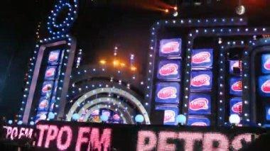 Scene during concert shines by light on screen Aida Vedishcheva, concert of Legend RetroFM — Stock Video