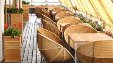 上層階のレストランのテラスに立つ椅子や花とテーブル — ストックビデオ