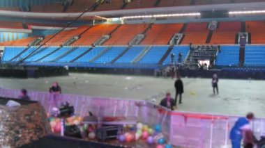 Seyirci yerleri boş hale gelmiştir ve işçilerin çöp konserden sonra kaldırın — Stok video