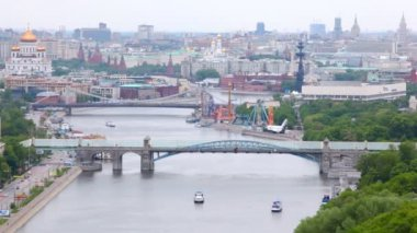 Towers of Kremlin and calotte of Temple of Christ of Savior stands behind Pushkinsky and Krymsky bridges — Stock Video