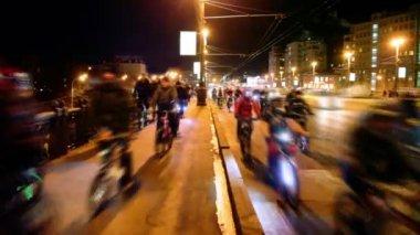 Muchos ciclistas cabalga sobre puente con tráfico en moscú — Vídeo de Stock