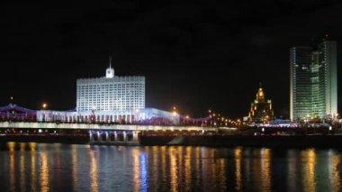 White house stand behind bridge in light of night lanterns — Stock Video