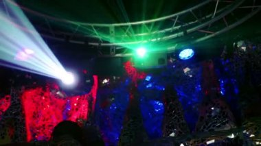 Lasers emitem raios e luz projetor — Vídeo Stock