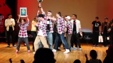 Breakdancers on stage celebrate prize in contest HHI - Cup of Russia — Stock Video