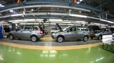 Workers do car complete set in assembly shop — Stock Video