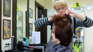 To woman do in hairdressing salon hairdress and comb hair — Stock Video