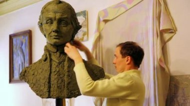 Sculptor Denis Petrov makes mold A.Suvorov bust of clay inside studio — Stock Video