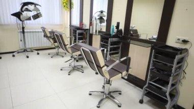 W salonie fryzjerskim są trzy miejsca pracy i suszarka do włosów — Wideo stockowe