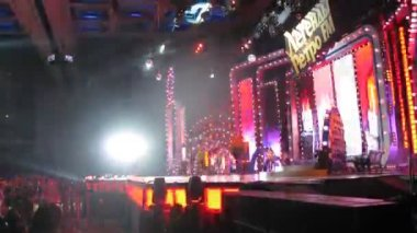 Na scenie pojawiają się duet artystów i mijają faceci rowery, koncert legendy retrofm — Wideo stockowe