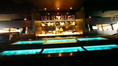 Aquaria met oesters zijn gebouwd in toog en op showcase is er champagne in oesterbar — Stockvideo