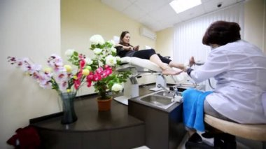 Flying motion of camera in room for pedicure to face of woman — Stock Video