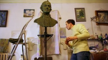 Sculptor Denis Petrov use clay to correct unfinished A.Suvorov bust — Stock Video
