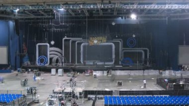 Sceneshifters mount equipment for concert of Legend RetroFM in Sports complex Olimpiyskiy — Stock Video