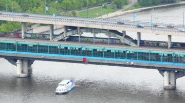 Treno va sul ponte di luzhnetsky e si ferma sulla stazione della metropolitana Monti vorobevy — Video Stock