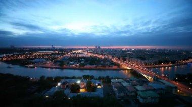С террасы ресторана видна панорама округа Москвы — Стоковое видео