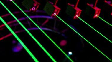 Vários lasers ficar sob o teto e emitem raios verdes — Vídeo Stock