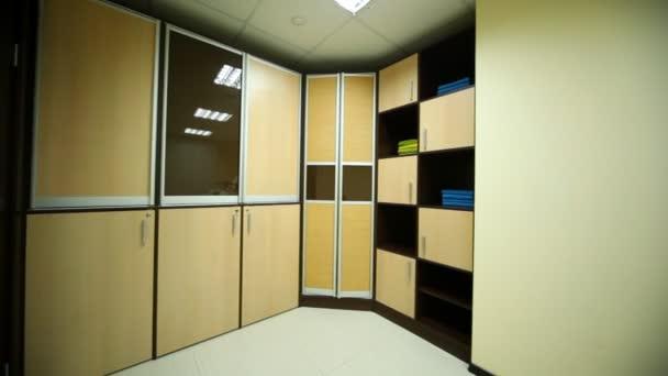 En habitación para pedicura hay dos lugares con lavabos y gabinete — Vídeo de stock