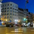 Wrecker takes away car from Gran Via Street at night — Vídeo de stock