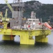 Drilling platform Coslpioner stands in Stavanger gulf — Video
