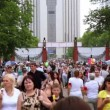 ストックビデオ: Many people walk through gate in park at summer day on Sokolniki