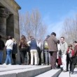 Tourists stand in queue that to look at temple Debot — Vídeo de stock