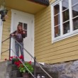 Little girl plays on violin for tourist at porch of house — Stock Video