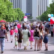 Vídeo Stock: Lot of people in park Sokolniki at summer day