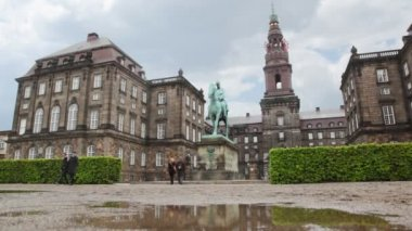 Christiansborg Slot with monument of person on horse — Stock Video