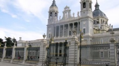 Tourists go sightseeing in Almudena Cathedral, time lapse — Stock Video