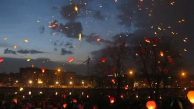 Many heavenly small lanterns fly to night sky, time lapse — Stock Video