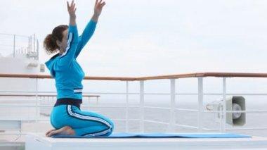 žena dělá vlny rukama ve vzduchu, sedí na klíně, na palubě lodi — Stock video