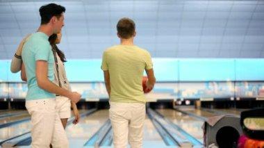 Par titta hur vän gör bra kast i bowling spel — Stockvideo
