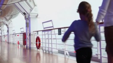 Mother and her daughter walk by deck near fence during cruise — Vídeo de Stock