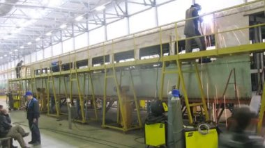 Welder welds roof on carriage in assembly shop of plant — Stock Video