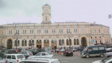 дорожного движения на невском проспекте возле железнодорожной станции — Стоковое видео